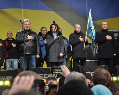 В Киеве Порошенко закидали яйцами