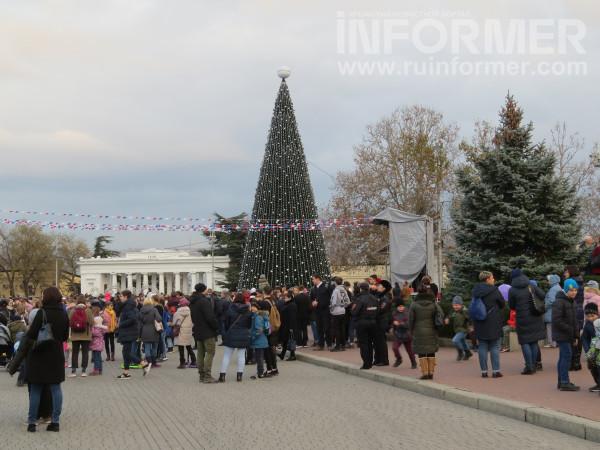 В Севастополе открыли главную елку города