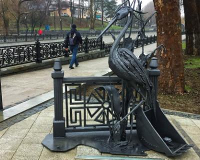 В Симферополе открыли памятник цапле