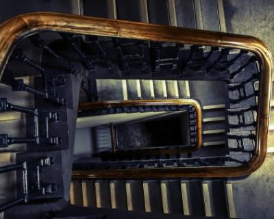Крымчанин столкнул соседку с лестницы
