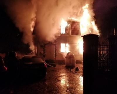 Во время пожара в частном доме погибли четыре человека
