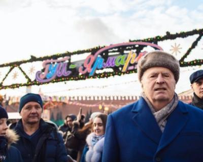 «Дети, инвалиды. Сироты, крепостные, холопы». Жириновский раздавал деньги всем желающим (ВИДЕО)