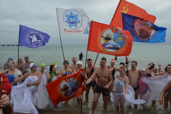 В Крыму состоялся рождественский заплыв в ледяной купели