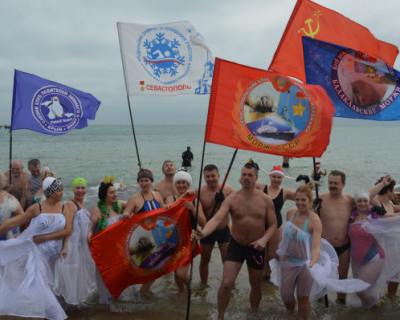 В Крыму состоялся рождественский заплыв в ледяной купели (ВИДЕО)