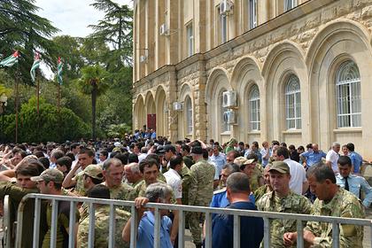 В Абхазии оппозиция штурмует администрацию президента