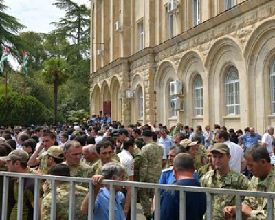 В Абхазии оппозиция штурмует администрацию президента (ВИДЕО)