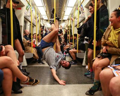 Пассажиры лондонского метро разделись до трусов (ФОТО)