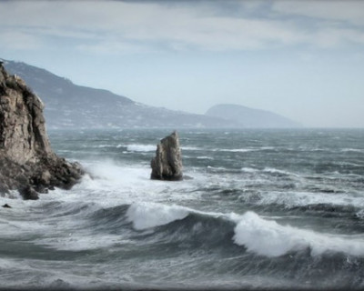В Ялте мужчину и женщину смыло в море волной