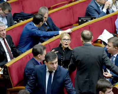 Юлия Тимошенко поранилась и сломала аппаратуру во время потасовки в Верховной Раде (ВИДЕО)