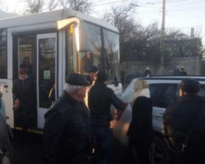 В Симферополе автобус столкнулся с иномаркой