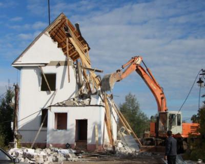 Власти получили право изымать земельные участки у тех, кто отказывается сносить незаконные постройки