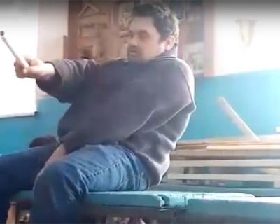 На видео попал урок труда в исполнении пьяного учителя в школе Татарстана