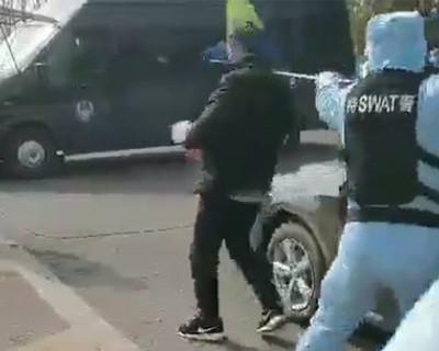 Китайские полицейские поймали недовольного в сачок (ВИДЕО)