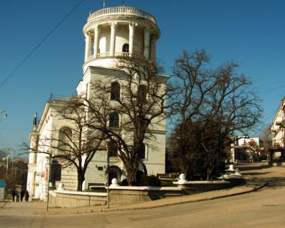 В Севастополе обрушился аварийный карниз. Троим женщинам чудом удалось избежать падающих обломков