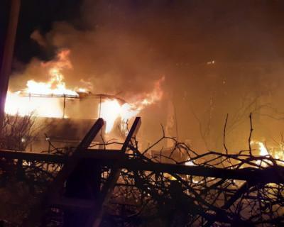 В Севастополе горел одноэтажный садовый дом