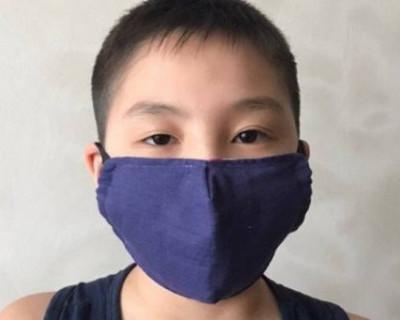 Российский школьник с мамой шьет медицинские маски, надеясь спасти планету