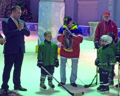 Юные хоккеисты Севастополя получили новые клюшки от управляющего делами при Президенте РФ
