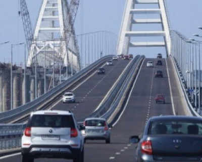Поток машин на Крымском мосту снизился в два раза