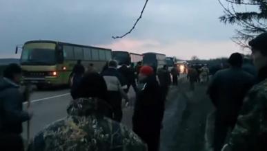 """Ровно год назад, 20 февраля, толпа нацистов """"Правого сектора"""" напала на колонну автобусов с крымчанами (видео)"""
