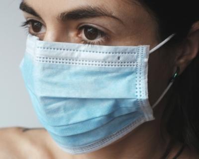 Спасатели рекомендуют не носить защитную маску на улице