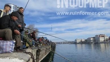 Севастопольские рыбаки по-своему встретили День защитника Отечества (фото)