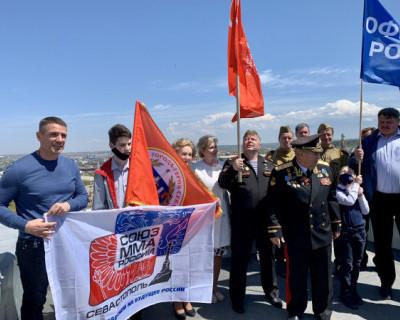 Над Севастополем подняли красное Знамя Победы (ФОТО)