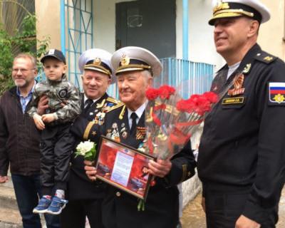 В Севастополе под окнами ветеранов проходят парады Победы