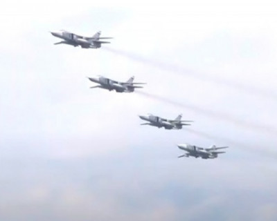 Боевые самолеты и вертолеты пролетели парадным строем над Севастополем