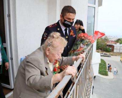 Полицейские Севастополя поздравили с Днём Победы ветерана Великой Отечественной войны