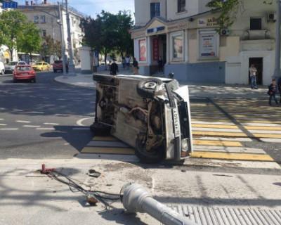 На Большой Морской в Севастополе водитель сбил столб