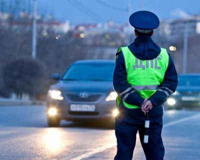 «Убери свои ласты!» Пьяный крымчанин повредил салон автомобиля ДПС