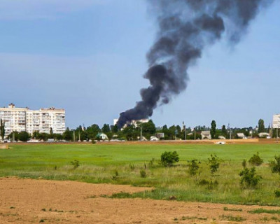 В Симферополе загорелись склады в промышленной зоне