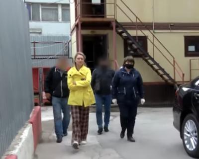 Сотрудники СК РФ задержали москвичку за распространение фейков о продаже китайских масок (ВИДЕО)