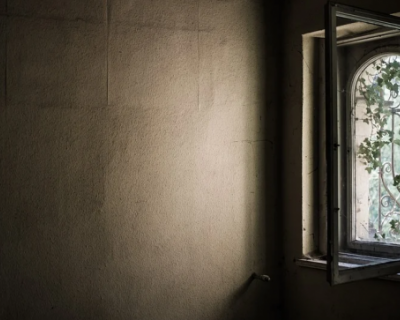 Крымчанин выбросил свою мать из окна