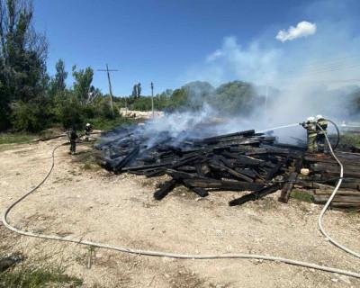 В районе железнодорожных путей под Балаклавой случился пожар