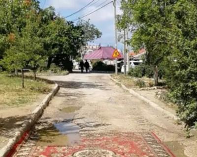 В Севастополе ковёр закатали в асфальт