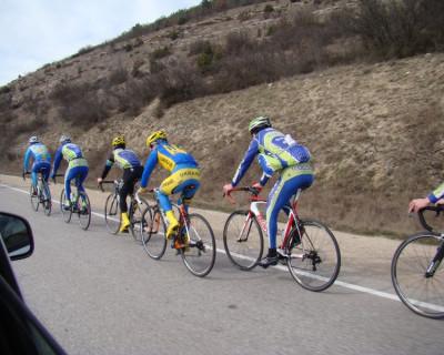 С огромными желтыми трезубцами на спине и надписью «UKRAINE» катаются спортсмены из Киева по Крыму!