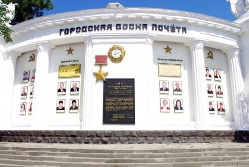 Михаил Развожаев открыл обновленную центральную Доску почету Севастополя