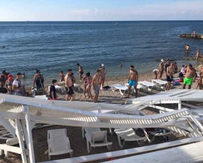 Следователи выясняют обстоятельства обрушения навеса на пляже Севастополя