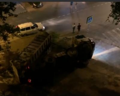 На Северной стороне Севастополя перевернулся грузовик (ВИДЕО)