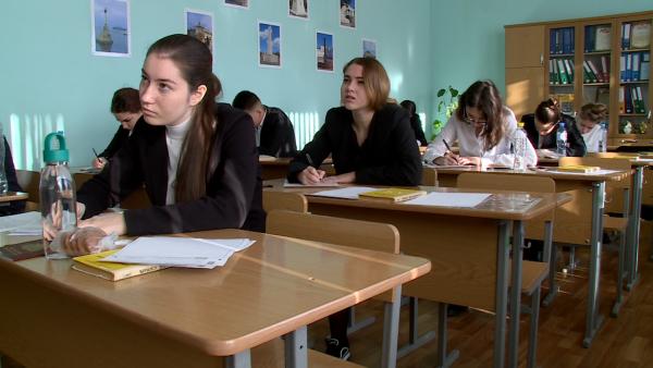 Михаил Развожаев поручил решить проблему с кондиционированием классов во время ЕГЭ