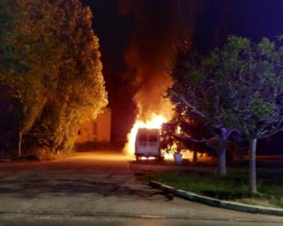 В Севастополе подожгли микроавтобус
