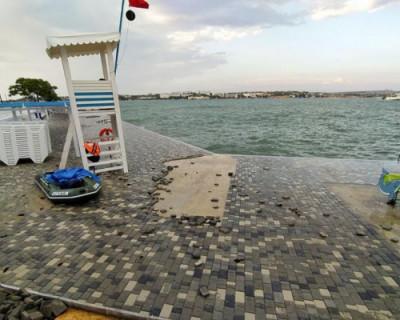 Шторм снова размыл покрытие на пляже в центре Севастополя