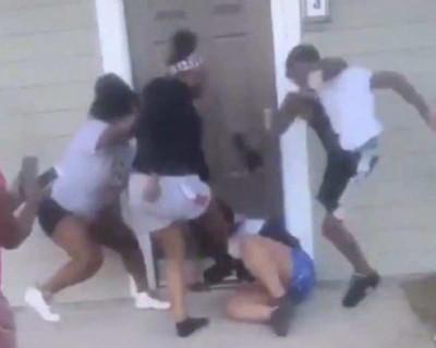 В США группа подростков избила беременную женщину (ВИДЕО)