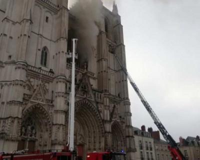 Во Франции загорелся старинный кафедральный собор (ВИДЕО)