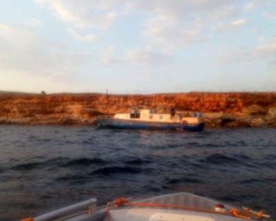 Сотрудники МЧС Севастополя сняли с мели катер и спасли двух человек