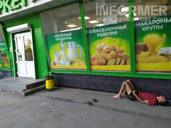 спящие люди на улицах Севастополя