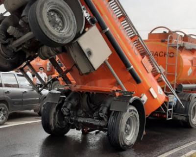 На объездной дороге в районе Ялтинского кольца произошло опрокидывание бензовоза