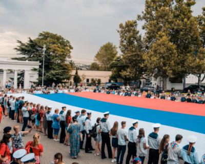 В Севастополе проходят акции, посвященные Дню флага России