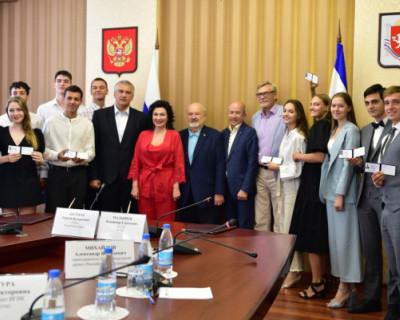 Сергей Аксенов вручил студенческие билеты крымчанам, которые поступили во ВГИК